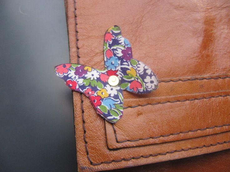 broche , pin's en forme de papillon et en tissus liberty : Pins, badges par milky-bibiche