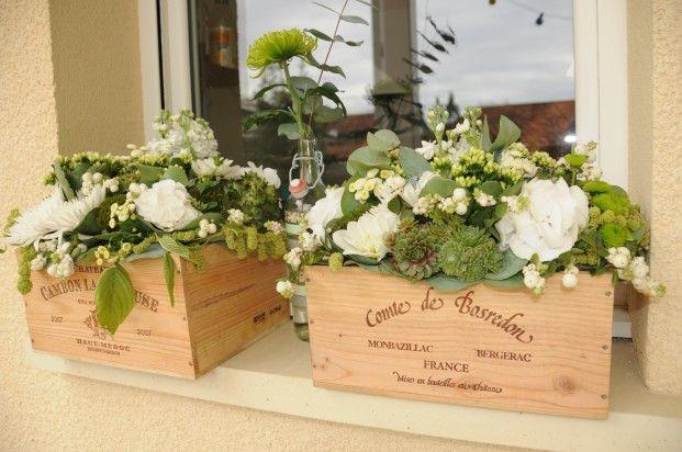 Caisses de vin et fleurs, allée pour entrée de salle