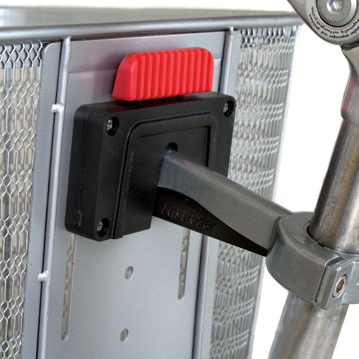 FastRider Fietsmand Mare zilver  Description: De Fastrider fietsmand Mare zilver is een zware metalen fietsmand geschikt voor de dagelijkse boodschappen met een inhoud 165 liter. De mand wordt geleverd inclusief Fast Loch houder 2.0 voor een bevestiging aan de stuurpen. Met deze bevestiging haal je de mand eenvoudig van de fiets. De maximale draagkracht is 5 kilogram. De fietsmand heeft een afmeting van 25x26x33 centimeter.  Price: 39.99  Meer informatie