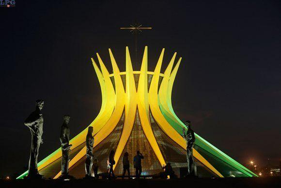 La Catedral Metropolitana es iluminada con los colores nacionales de la selección de Brasil en honor a la próxima inauguración de la Copa del Mundo, donde el anfitrión disputará el primer partido con Croacia. FOTO LPG/ AP