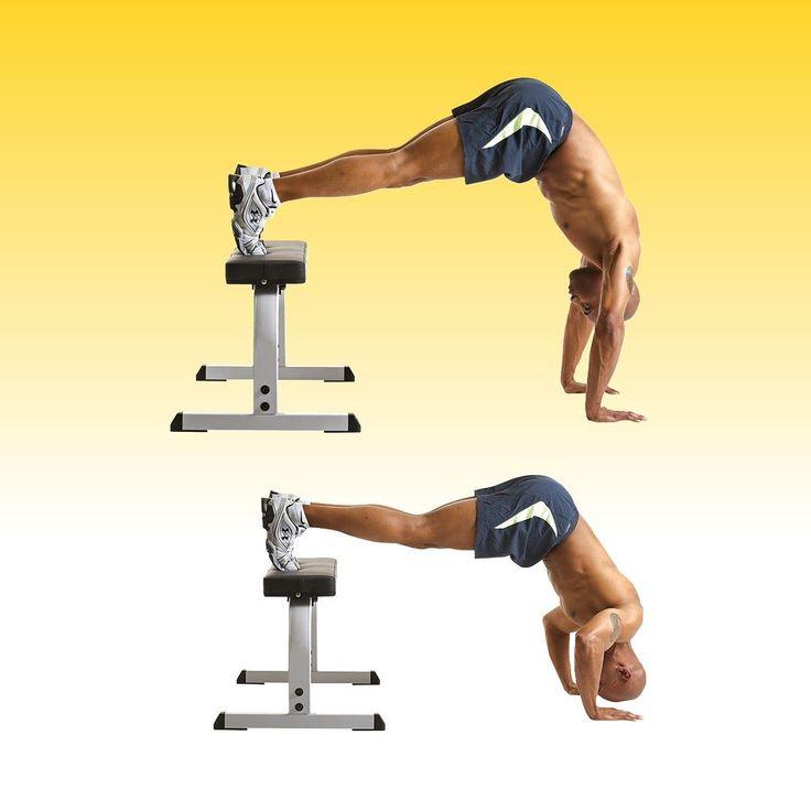 Press de hombros invertido... y varía un poco tu rutina! Cómo se hace?  1) Colócate como si fueses a realizar flexiones de brazos pero con las manos a una distancia ligeramente superior a la anchura de los hombros los pies subidos a un banco y con las las caderas elevadas hasta que el tronco quede casi perpendicular al suelo. 2) Mantén el tronco y las piernas rectos pero dobla los codos y desciende el cuerpo hasta que la cabeza casi toque el suelo.  Aunque el press de hombros invertido es…