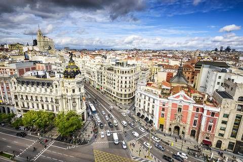 Madrid ist eine unterschätzte Metropole - weil ihr der Strand fehlt, den Barcelona aufweisen kann. Wie cool die spanische Hauptstadt wirklich ist, ahnt ihr bereits, wenn ihr in unserem kleinen Reiseführer für Madrid stöbert. Ein Wochenende zu zweit kostet euch voraussichtlich 450 Euro.