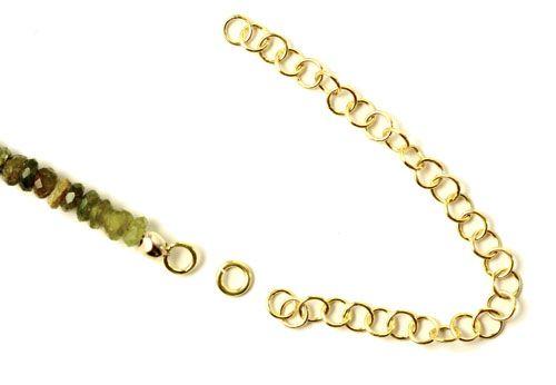 I den anden ende af halskæden skal du bruge en 4mm øsken og ca. 8 cm. øskenkæde. En øskenkæde er en kæde som består af lukkede 4mm øskner, så det kan lade sig gøre at få fat med karabinlåsen.