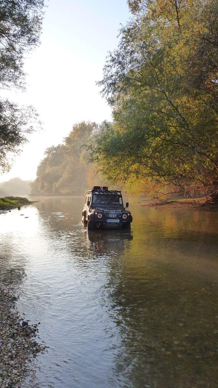 Land Rover Defender 110 OFF ROAD - Dunakiliti im Herbst; Land Rover Defender Action.