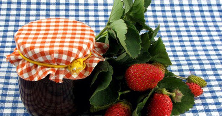 Cómo agregar pectina. La pectina es un espesante natural normalmente derivado de los cítricos y las manzanas. Es más ampliamente conocida en el uso de jaleas y mermeladas para que se asienten correctamente, pero la pectina también se usa en la fabricación de caramelos en gel, afirmar cosméticos e incluso se utiliza en gotas para la tos y algunas ayudas digestiva. En la ...