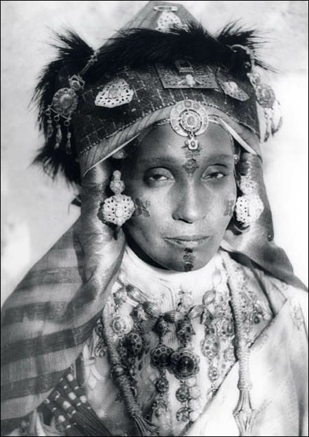 マグリブとはアラビア語で「日が没するところ」を表す言葉。はるか西方、北アフリカのモロッコやチュニジアあたりを表す言葉ですが、これはマグリブに住む20世紀前半ごろの「さまよえる民」ユダヤ系の女性の衣装...