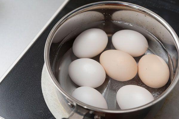 コンビニで売っている味付け卵は、ちょうど良い塩加減で、黄身までしっかり味が付いていることから、ぜひ家でも作りたいと思っている人も多いのでは? コンビニに負けないおいしい味付け卵の作り方を紹介します。