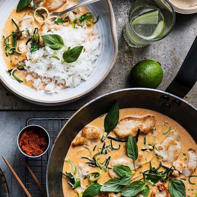 Vad har vi här då? Jo en röd curry med kokosmjölk, citrongräs, thaibasilika och valfritt protein. 😋 Recept: santamaria.se #santamariasverige #asiatiskaskafferiet