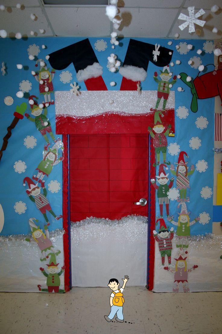 Decoración puerta escolar navidad. Papa Noel en la puerta de la clase del colegio.