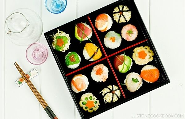 Temari Sushi is a casual and easy sushi that anyone can make at home. Top the sushi with salmon, tuna, sea bream, yellowtail, shrimp, and uni.