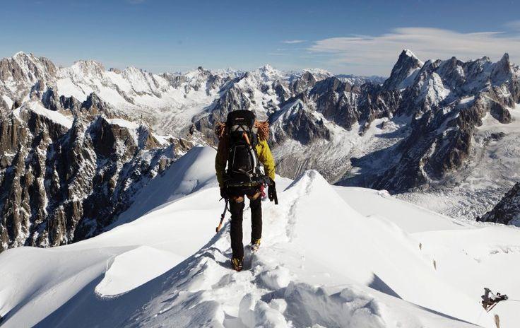 Bergsteigen: Leider ist nicht jeder, der den Aufstieg wagt, dafür auch genügend vorbereitet. Dieser Mann hat alles dabei was man braucht: Steigeisen, Seil, Eispickel, warme Kleidung.