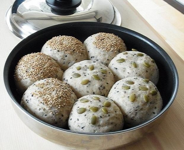 ゴマなどをふんだんに使って健康的な丸パンも焼けます。フライパンにフタをして蒸し焼きすれば、ふっくら、しっとりのパンが完成します。