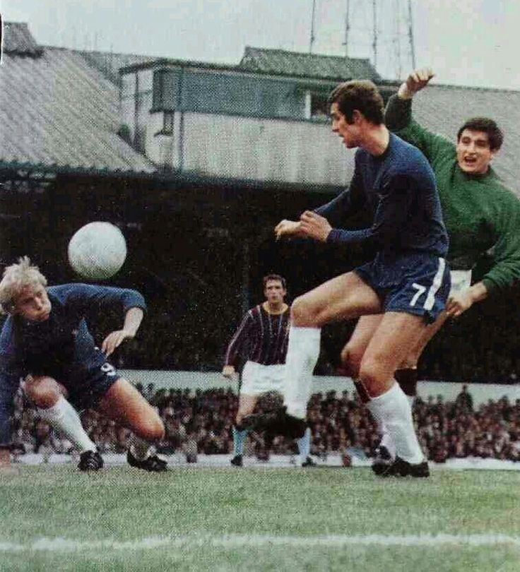 Chelsea 1 Crystal Palace 1 in Aug 1969 at Stamford Bridge. Peter Osgood scores for Chelsea #Div1