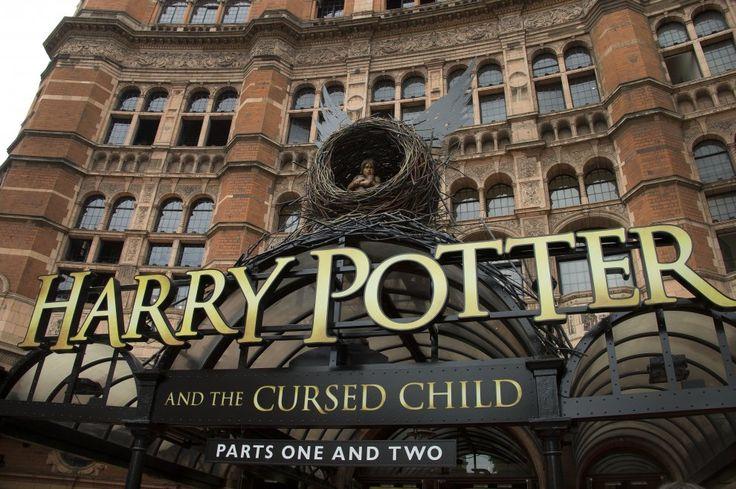 """Londra, le scarpe """"magiche"""" di J.K. Rowling per Harry Potter: dorate e con le ali scatenano l'entusiasmo dei fans"""
