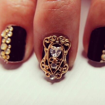 Heart Nail Veil, gold-plated and also available in silver. Simply attach to nail with nailglue or nail tabs. Re-usable and durable. Availble from www.nailcandi.co.za
