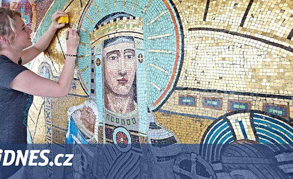 Studenti fakulty restaurátorství obnovují mozaiky u Růženeckého kostela