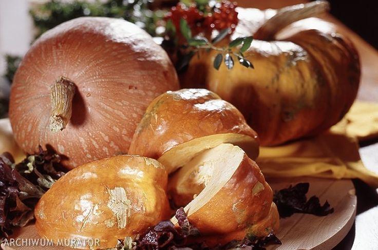 Pyszne i zdrowe danie z dyni. Wypróbuj bezmięsny przepis na dynię faszerowaną warzywami. Idealna potrawa dla wegetarian i osób lubiących dania warzywne. To ciekawy przepis z dyni na lekką odmianę codziennego menu. Zobacz jak zrobić nasze jesienne danie krok po kroku.