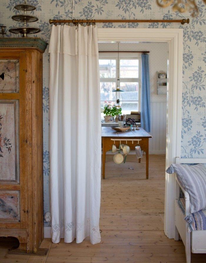 Använd ett gammalt spetslakan som draperi mellan vardagsrum & hall! Bara att vika lakanet så mycket som behövs (se på bilden) för att det inte ska släpa i marken. -UnderbaraClara