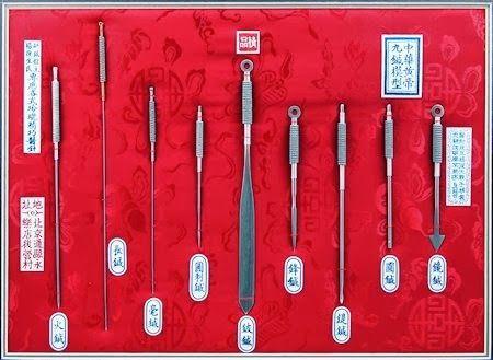 En la antigua China los acupuntores utilizaban 9 tipos de agujas diferentes en función del tratamiento que necesitaban los pacientes. Aguja de punta de flecha: Tiene una punta gruesa y afilada como si fuera una flecha en miniatura. Se utilizaba para realizar funciones superficiales para dispersar el calor de la superficie de la piel. …