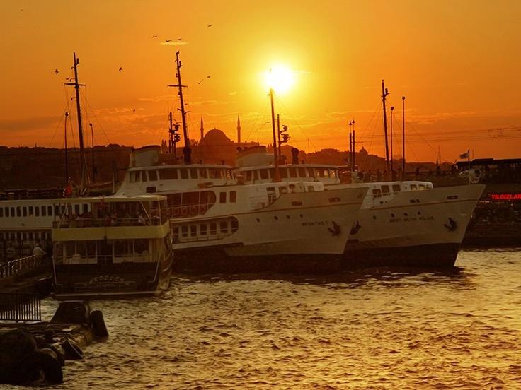 Au cœur d'Istanbul, les ferrys l'embarcadère d'Eminönü relient les rives du Bosphore à Istanbul, en Turquie. Sur www.tripalbum.net