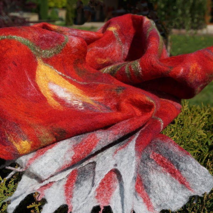 """""""Malovaná"""" šála Vášeň i něha Pavučinková šála - velmi jemná a lehká - je zhotovená technikou plstění za mokra. Působí jako malovaný obraz. Na podklad jsme použily různé odstíny červené, šedé a malinko vínové,hnědé, bílé a žluté nejjemnější vlny merino. Rostlinný motiv je zvíce odstínů zelené a ze žluté vlny. Střed květů je utvořen ..."""