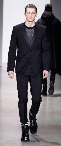 Siyah bağlanmış yün iki düğme smokin ceket siyah hafif tiftik Crewneck kazak beyaz merserize pamuklu t shirt siyah bağlı yün yüksek belli pantolon ince beyaz / siyah rugan / naylon ayak bileği manşet kara kutu buzağı alan önyükleme