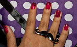 Manicure especializada em nail art mostra, passo a passo, como fazer estampa de zebra nas unhas.
