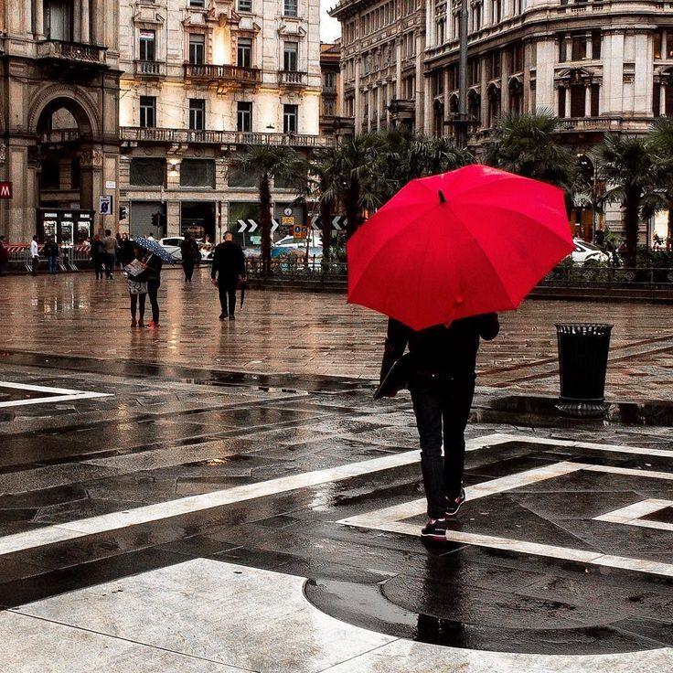 rosso di sera... ah no è solo l'ombrello...  . . . #igersitalia #igerslombardia #igersmilano #milan #ig_italy #ig_italia #ig_milan #milanodavedere #travel #city  #building #travelphotography #citylife #travelingram #urban #archilovers #instagood #buildings #cityscape #travelgram #instatravel #photooftheday #traveling #travelling #streetphotography