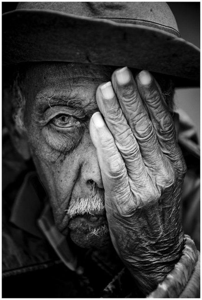 935c928c52da3 photo noir et blanc, vieil homme avec la peau en rides visage et mains,  vieillesse, homme avec chapeau de marin, yeux figés, regard profond