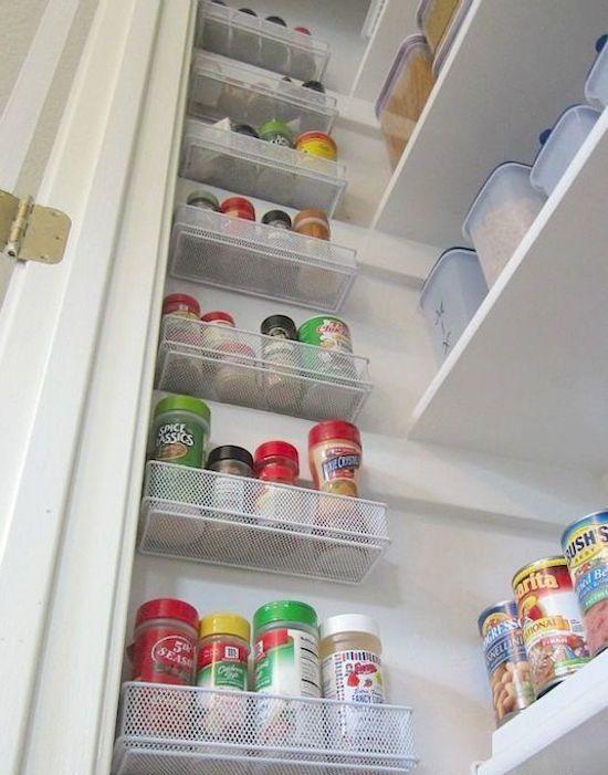 Mini panier accroché dans un placard pour les épices mais si plus long pour alu papier sulfu film alimentaire etc...