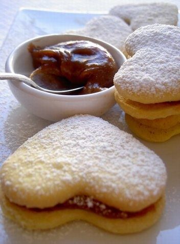 Alfajores de maicena - Argentine cornstarch cookies filled with Dulce de Leche. English recipe at the bottom