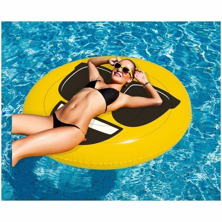 Opblaasbare cool emoticon luchtbed 130 x 110 cm. Beleef uren waterplezier met dit grappige luchtbed in de vorm van de cool/zonnebril emoticon. Formaat: 140 cm doorsnede. Draagkracht: 90 kg. Materiaal: 100% PVC.