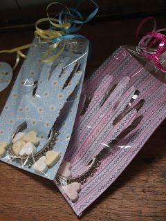Armband voor de juf: Handje uitprikken tot onderaan de pols, armband erom heen doen, hartjes snoepjes en lieve woorden, klaar!