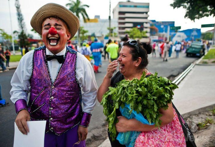 エルサルバドルの首都サンサルバドル(San Salvador)で開催されたラテンアメリカのピエロの祭りにを見に来た人と笑い合うピエロ(2014年5月20日撮影)。(c)AFP/Jose CABEZAS ▼25May2014AFP|エルサルバドルにピエロ大集合 http://www.afpbb.com/articles/-/3015710 #San_Salvador #Clown #Payaso #Pagliaccio #Klaun #Palhaco #Palyaco #Bufon #Badut #Klovn #Klovni #Bohoc