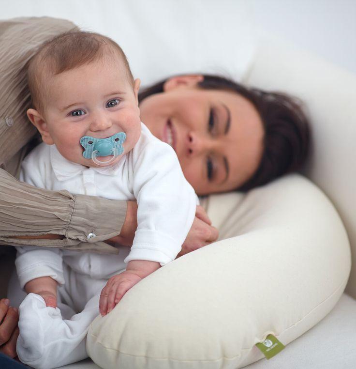 Il cuscino allattamento Nati Naturali imbottito in pula di farro biologica e italiana è ideale per giocare con il bebè, per allattare e anche durante la gravidanza per riposare comodamente.