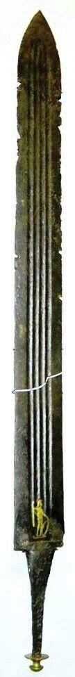 - Espada Romana . Depósito germánico de Illerup Ádal . Marca o adorno embutido cerca de la empuñadura del Dios Marte .