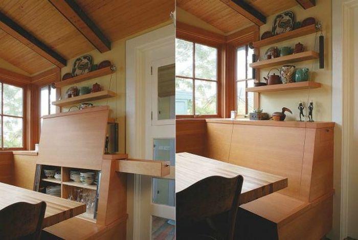 Шкаф для посуды, встроенный в кухонный диванчик.