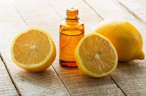 塩素系漂白剤のあのツーンという匂いは嫌ですね。体にも良いとはいえません。そこで塩素系の漂白剤に代わる自然派の漂白剤。レモン汁と過酸化水素の2つの効果でパワーアップしたお肌に優しい天然手作りの漂白剤レシピです。#エッセンシャルオイル#アロマレシピ#アロマテラピー#ハーブ#ガーデニング