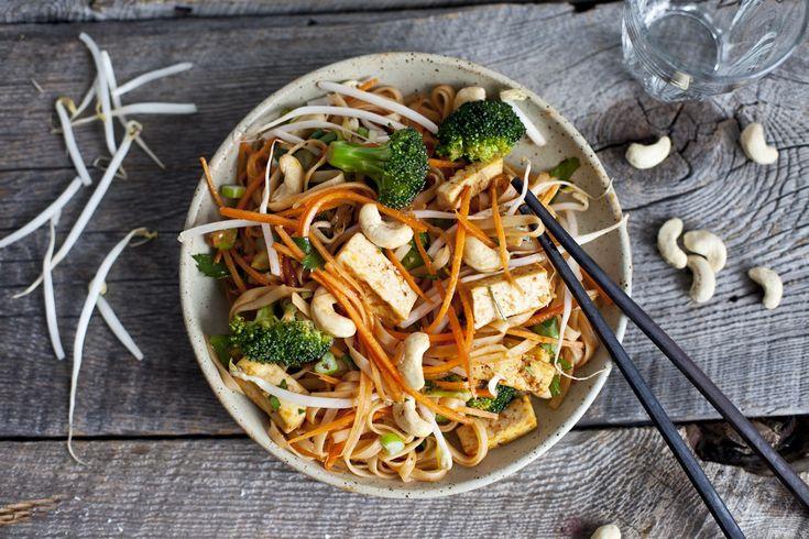 Ça peut être difficile de cuisiner le tofu; bien que son goût neutre le rende facile à utiliser dans une grande variété de recettes, parfois on manque tout simplement d'inspiration. Heureusement qu'on est là ! On a compilé nos combinaisons de saveurs et nos recettes préférées, des brochettes aux salades en passant par les mijotés et les tacos. Voilà qui devrait vous aider à apprivoiser le tofu !