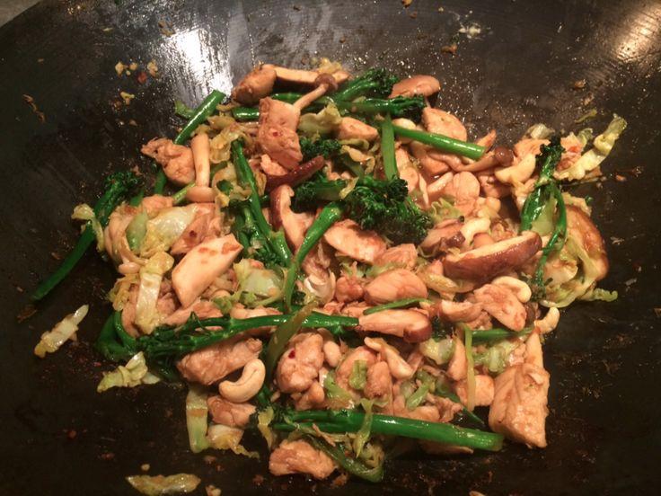 Snel, makkelijk en vers uit de wok: kip met cashewnoten en groenten in een soja, gember en honing-saus.