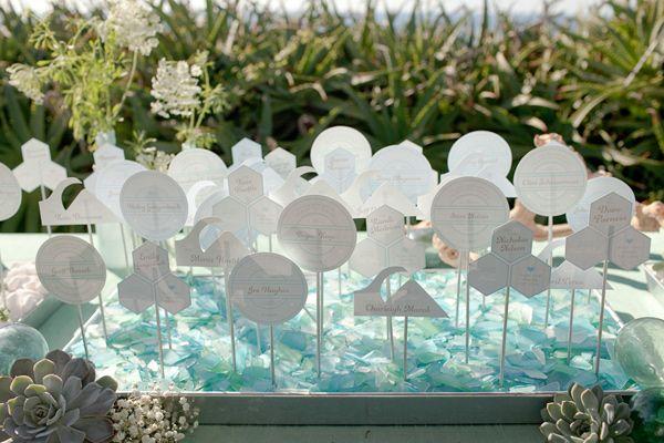 Mavi süslemeli masa isim kartları sunumu
