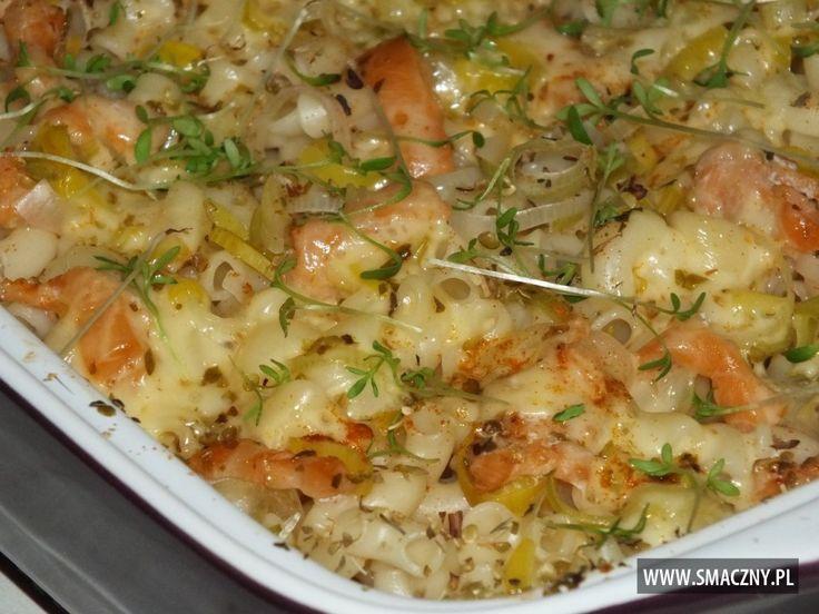 Pyszna i pożywna #zapiekanka makaronowa jest idealna na dzisiejszy #obiad. Smacznego :)  http://www.smaczny.pl/przepis,zapiekanka_makaronowa_z_lososiem  #przepisy #daniagłówne #makaron #ryba #por #żółtyser