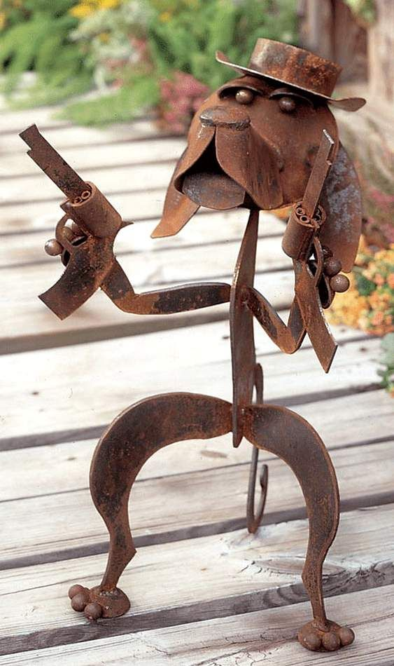 DECORAÇÃO IRÔNICA PARA CASA DE CAMPO  Estas esculturas feitas com chapas e tubos de aço reciclado para decorar quintais e varandas de casas são muito engraçadas.  O acabamento rústico dos cacho…