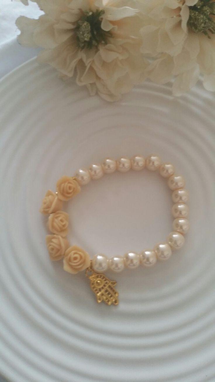 Pulsera perlas y mano de Fátima dorado.