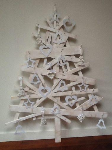 Des chutes de bois assemblées et peintes en blanc pour un joli sapin de Noël