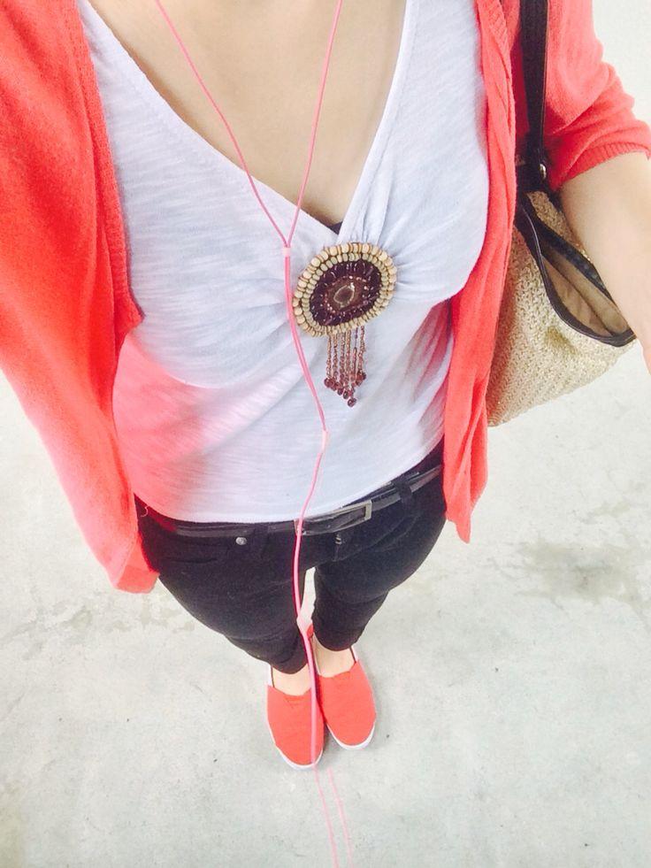 #ピンクカーディガン #白のタンクトップ #黒のスキニー #赤のスリッポン