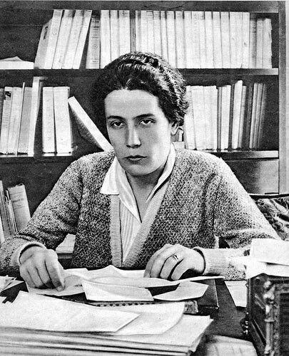 Victoria Kent Siano Nace en Málaga el 3 de marzo de 1889 y muere en  Nueva York  el 22 de septiembre de 1987. Fue una abogada y política republicana españolay. Fue igualmente la primerau mujer en ingresar en el Colegio de Abogados de Madrid en 1925.