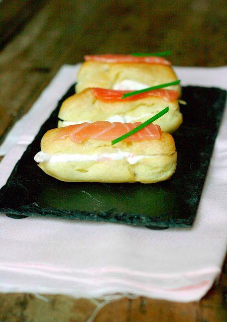 Mini éclairs au saumon Pour 4 personnes (une vingtaine d'éclairs), il faut : 83 ml d'eau 33 grammes de beurre 50 grammes de farine 1 œuf 10 cl de crème fraîche entière 40 g de mascarpone 1/2 échalote ciselée 4 tranches de saumon fumé De la ciboulette