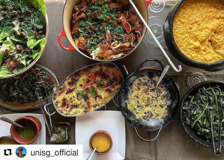 Maior honra, foto da nossa mesa no insta da Unisg, a escola de ciências gastronomicas do Slow Food.  Frango caipira, canjiquinha artesanal de milho crioulo, cambuquira, farofa de tanajura, salada de almeirão, salada de pancs, salada de mamão verde. Foto do @gianlucabitelli  #slowfoodpiracaia  #Repost @unisg_official with @repostapp ・・・ International study trips: Piracaia, Brazil Regram @gianlucabitelli Cozinha tradicional brasileira | Chicken cooked in its own fat, giant ants with flour…