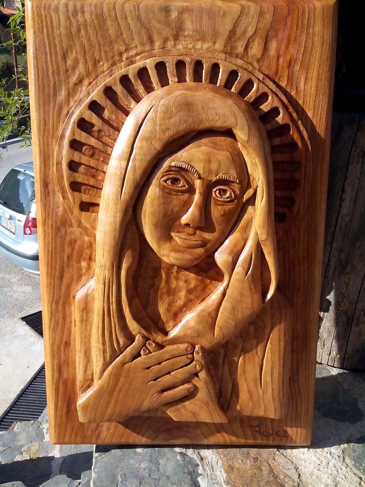 Nossa Senhora em madeira de castanho/ Chestnut wood. Disponível/ Available